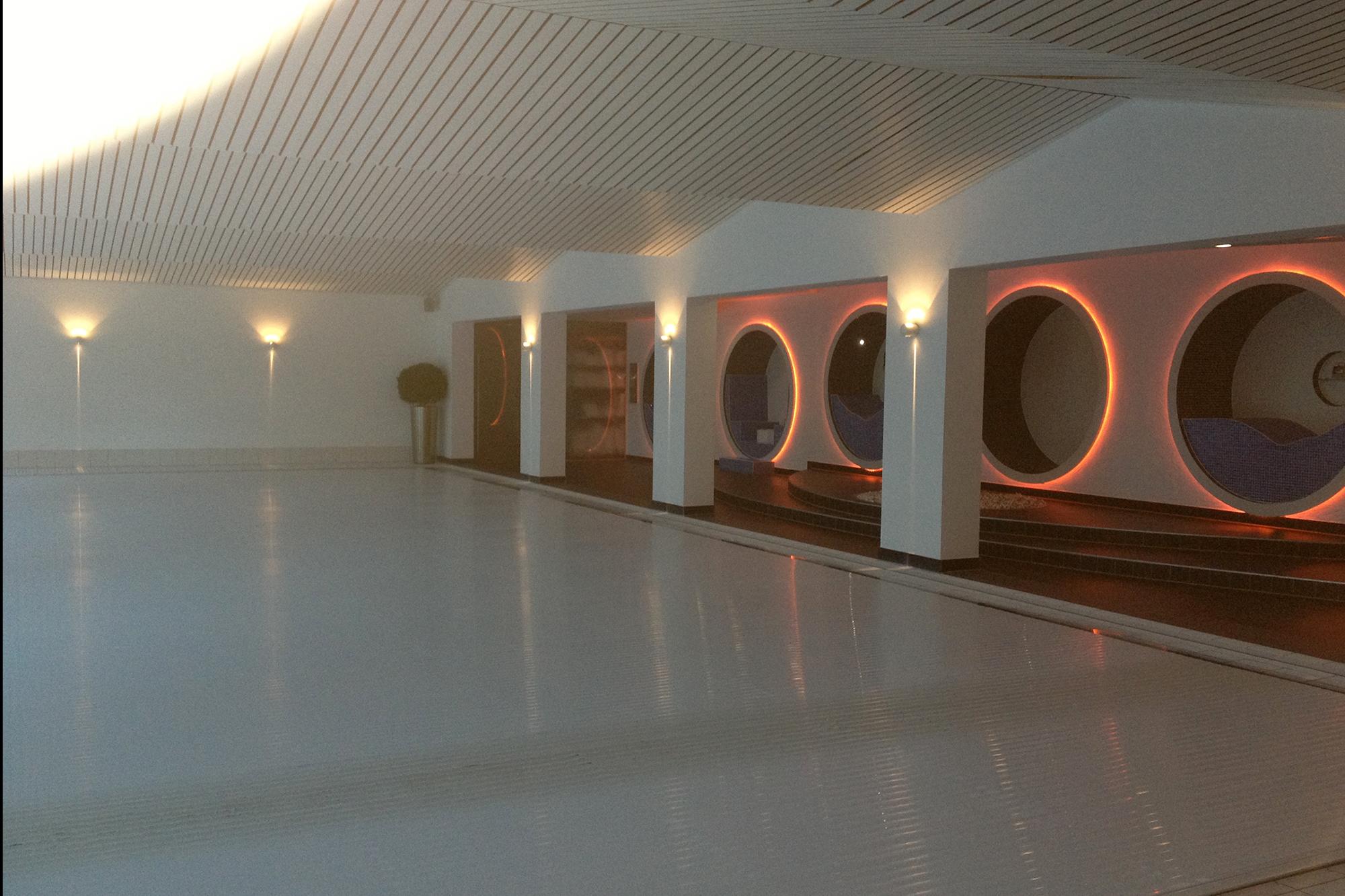 Business-Spa mit Pool, Saunalandschaft, Eisbrunnen, Ruheraum, Fitness-Bereich sowie einem Außenbereich im Hotel Schloss Montabaur - Blick über das Schwimmbecken. © fliesencasaca.de