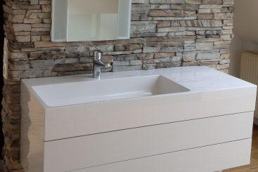 Waschbecken im sanierten Bad der Familie Schlotus in Molsberg. Mit sehr schöner Natursteinmauer im Bad. © fliesencasaca.de