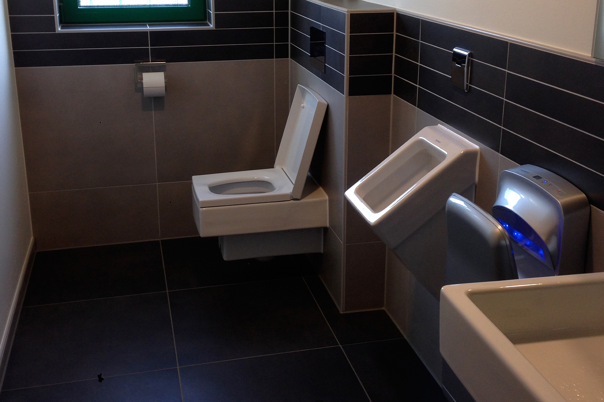 Modernes, öffentliches WC in einem Unternehmen gefliest vom Fliesenfachbetrieb Paulo Casaca. © fliesencasaca.de