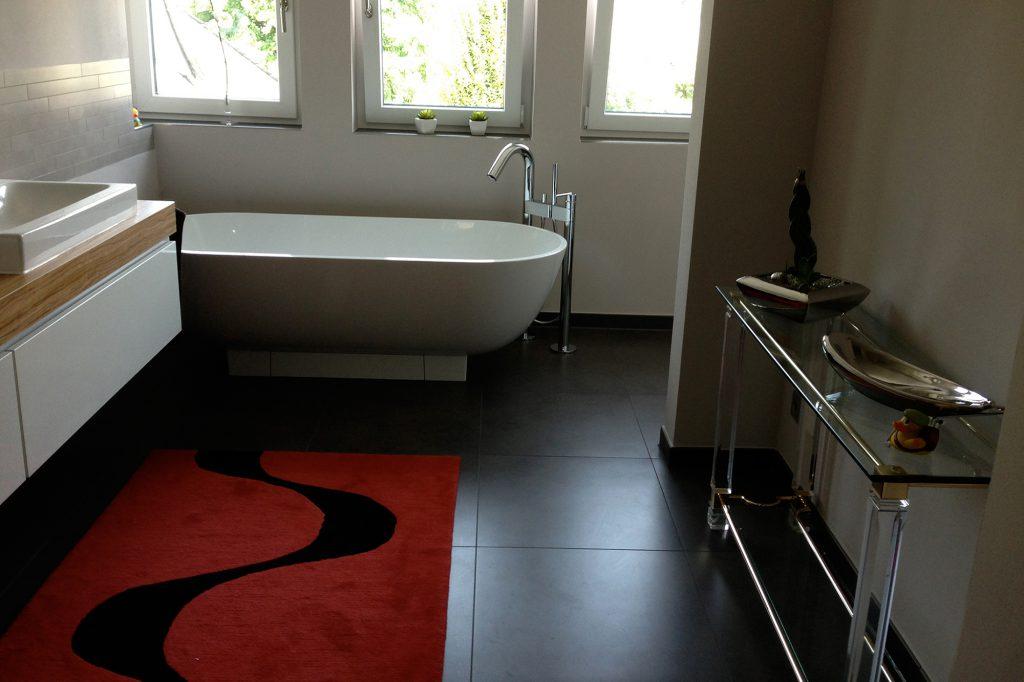 Modernes Bad gefliest vom Fliesenfachbetrieb Paulo Casaca 3. © fliesencasaca.de