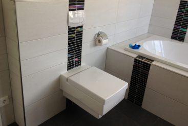 Modernes Bad gefliest vom Fliesenfachbetrieb Paulo Casaca. © fliesencasaca.de