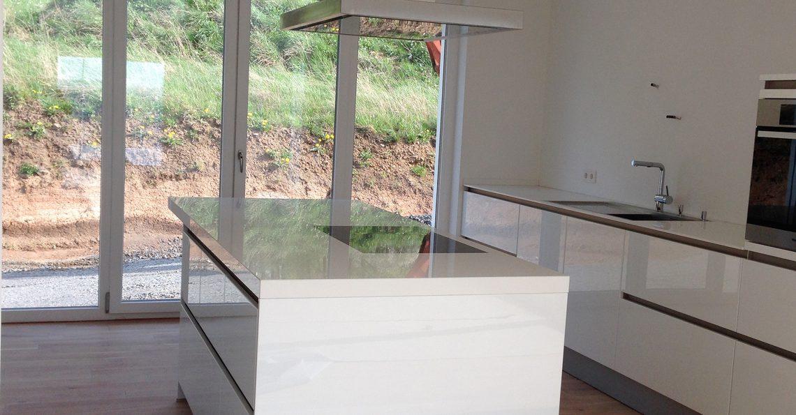 Moderne Küche auf vom Fliesenfachbetrieb Paulo Casaca gefliestem Boden. © fliesencasaca.de