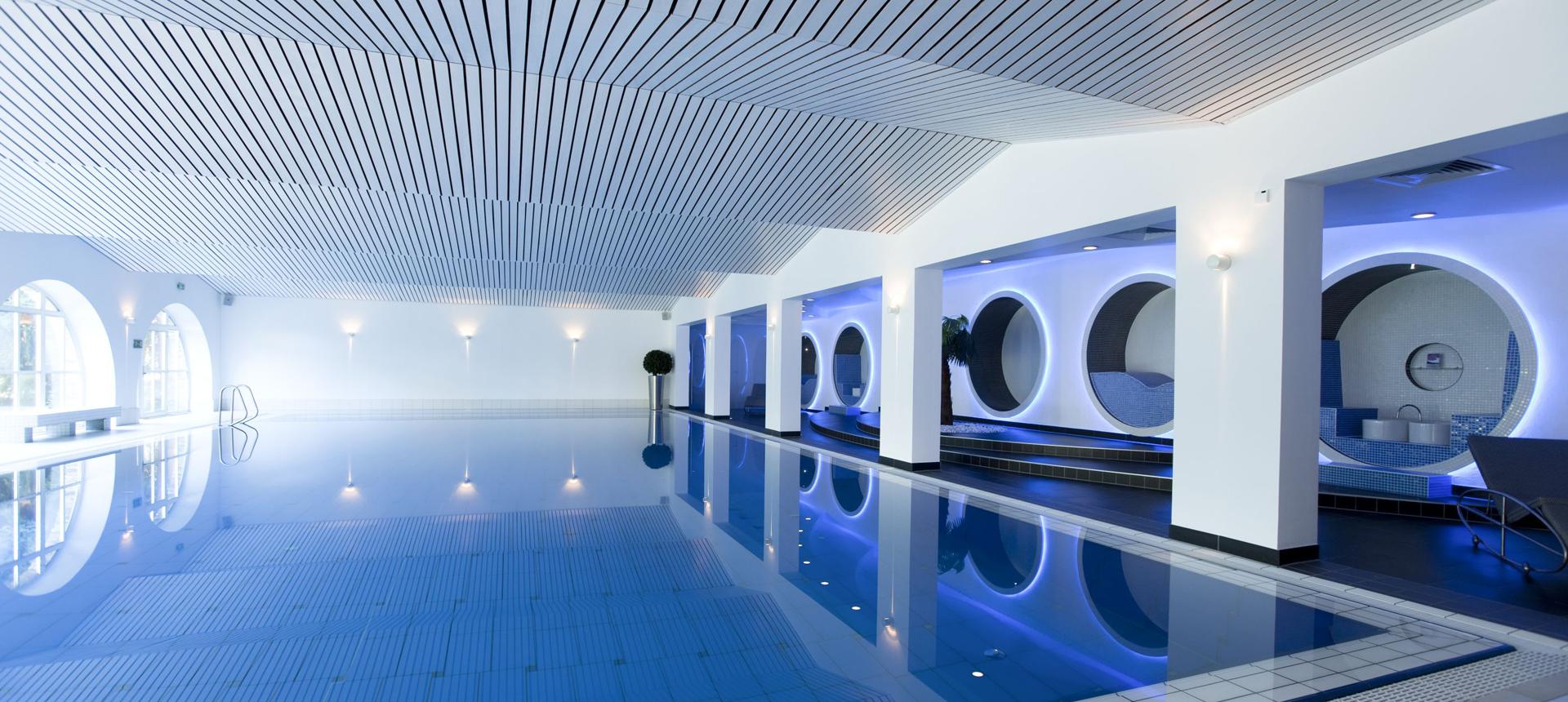 Business-Spa mit Pool, Saunalandschaft, Eisbrunnen, Ruheraum, Fitness-Bereich sowie einem Außenbereich im Hotel Schloss Montabaur. © Danielle Schwipp
