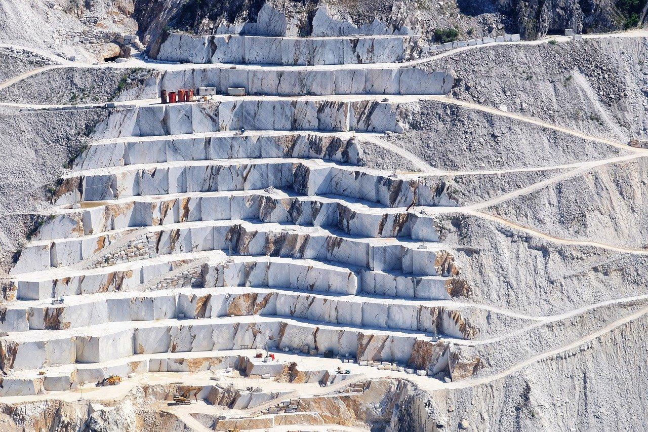 Carrara-Marmor ist einer der bekanntesten Marmore weltweit. Carrara-Marmor ist der Oberbegriff für mehr als 50 unterschiedliche Handelsnamen, die je nach Steinbruch, Tradition, Güte und Konvention, wie z. B. Carrara-Marmor C, Ordinario, Venato und Calacatta, benannt werden. Carrara ist eine Stadt in den apuanischen Alpen in der italienischen Provinz Massa-Carrara, und liegt in der Region Toskana. | fliesencasaca.de